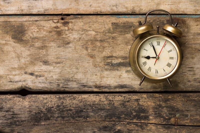 Réveil démodé sur le fond en bois image libre de droits