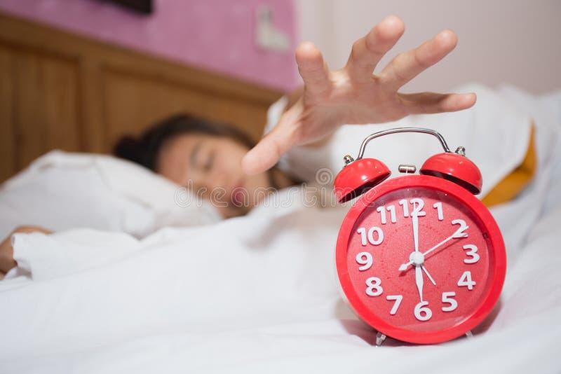 Réveil dans la chambre à coucher avec l'essai paresseux de sommeil de femme de s'arrêter photo libre de droits