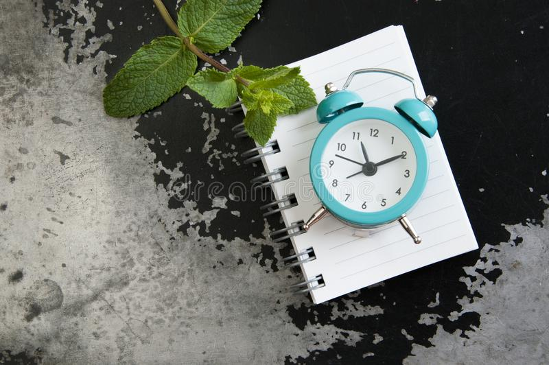 Réveil de turquoise sur le gris noir photographie stock