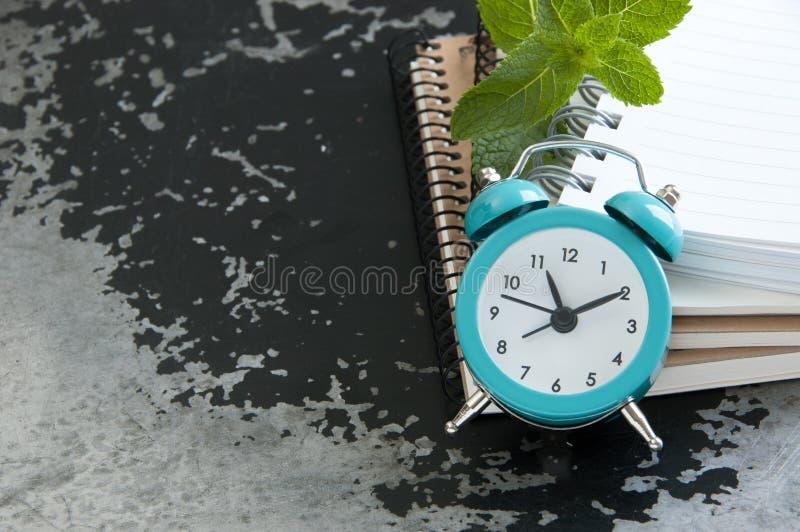 Réveil de turquoise sur le noir photos libres de droits