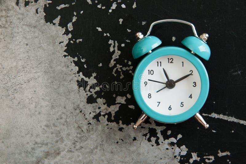 Réveil de turquoise sur le noir images stock