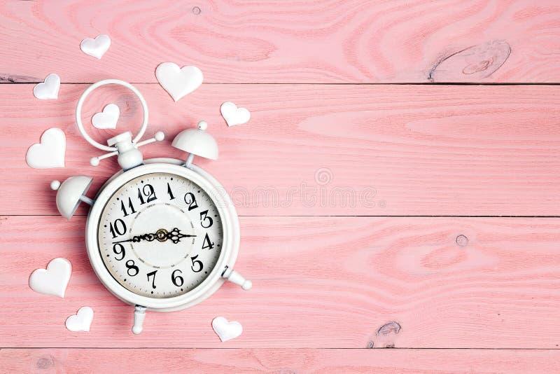Réveil enamouré sur le fond en bois rose Endroit pour le texte, vue supérieure photos libres de droits