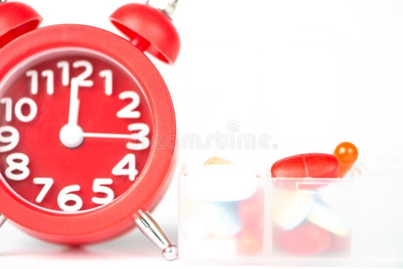 Réveil et boîte rouges de pilule images stock