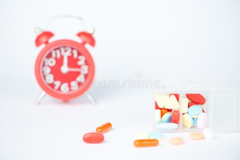 Réveil et boîte rouges de pilule image stock
