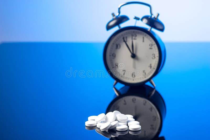 Réveil et pilules photographie stock libre de droits