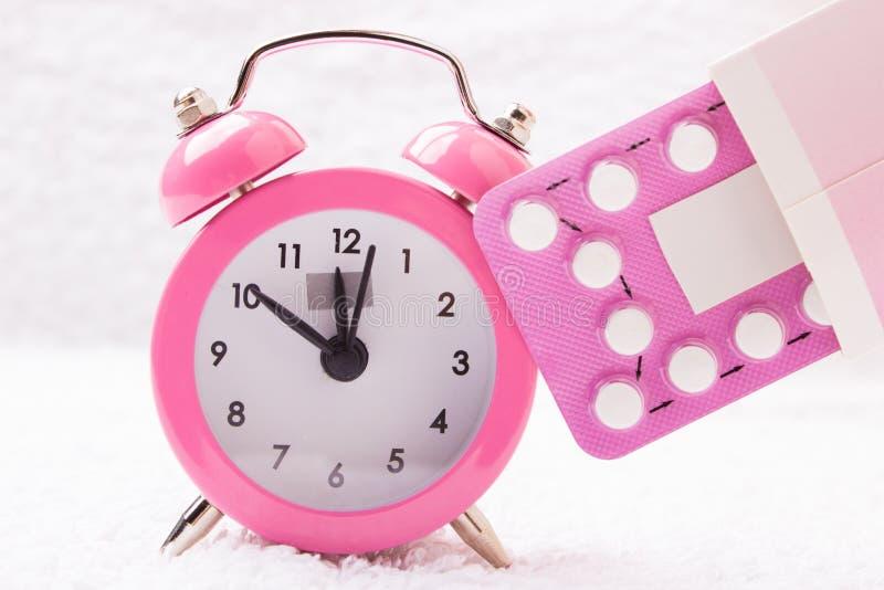 Réveil et pilules contraceptives photographie stock