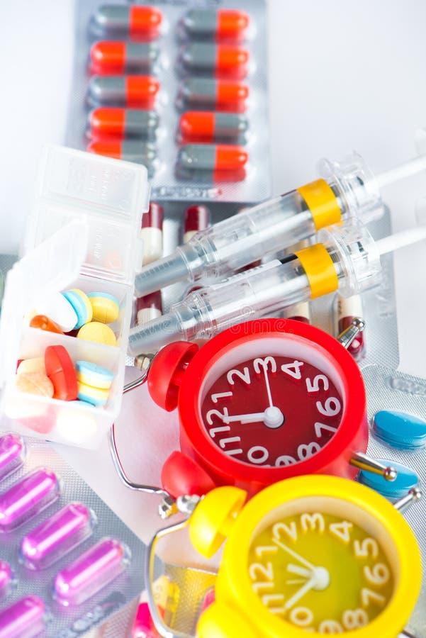 Réveil le temps médical de médecine d'exposition de habillage transparent photo stock