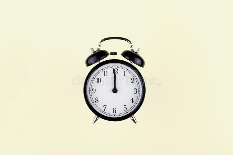 Réveil noir de cru sur le fond de couleur image libre de droits