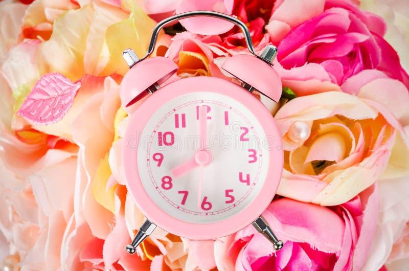 Réveil rose sur la rose de rose de bouquet photographie stock