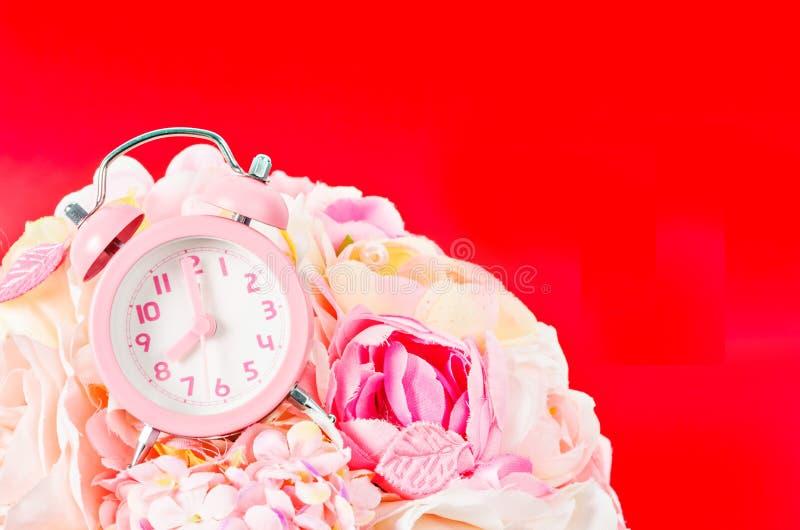 Réveil rose sur le fond de rose de rose de bouquet images libres de droits