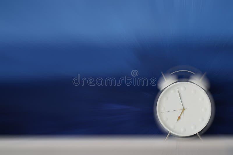 Réveil sonnant fort et faisant les ondes sonores - tache floue de mouvement image libre de droits