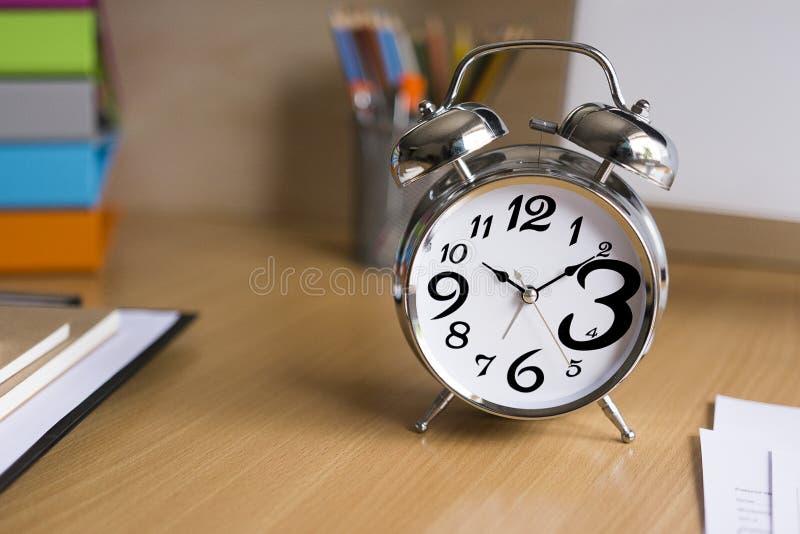 Réveil sur le foyer choisi en bois de bureau photos stock