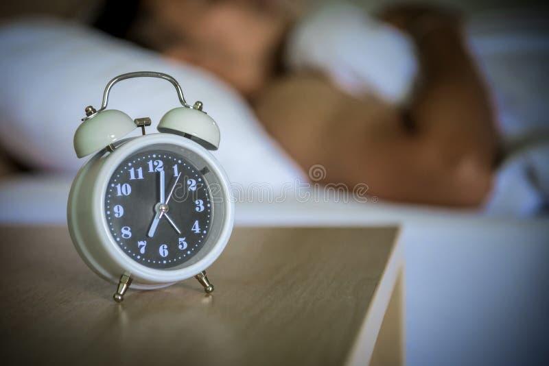 réveil sur le lit dans la chambre à coucher photos stock