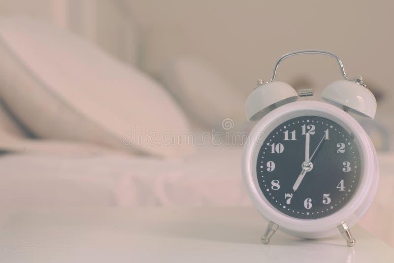 réveil sur le lit dans la chambre à coucher, rétro style photographie stock