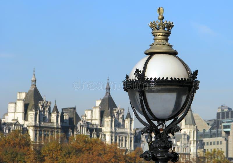 Réverbère avec le paysage urbain de Londres. image libre de droits