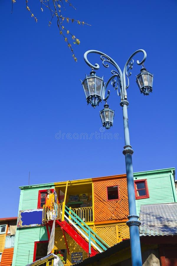 Réverbère avec les maisons colorées dans Caminito dans le dist de Boca de La image libre de droits