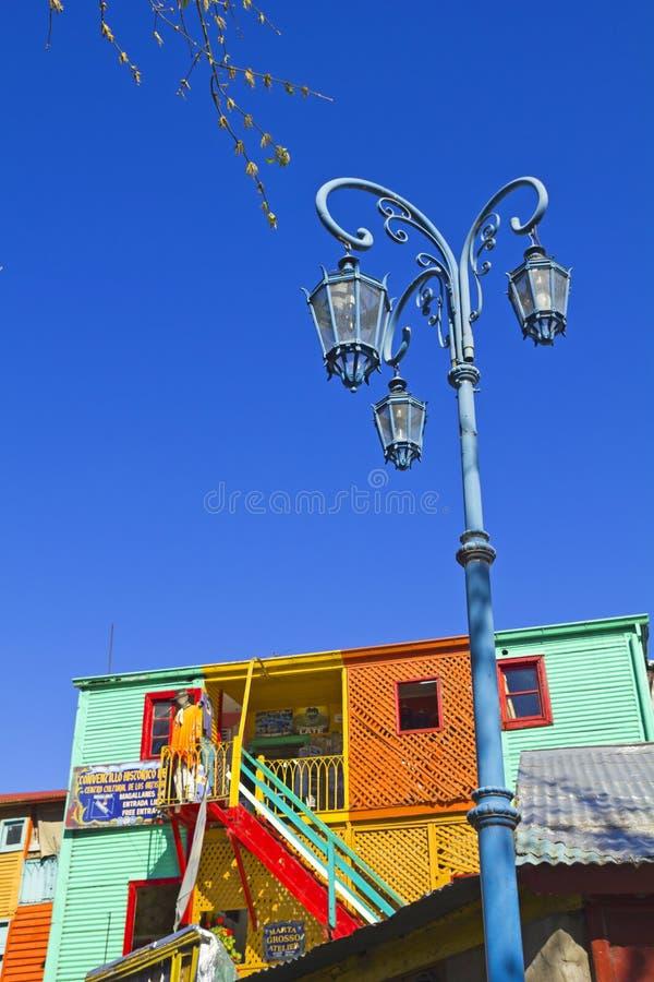 Réverbère avec les maisons colorées dans Caminito dans le dist de Boca de La photographie stock libre de droits