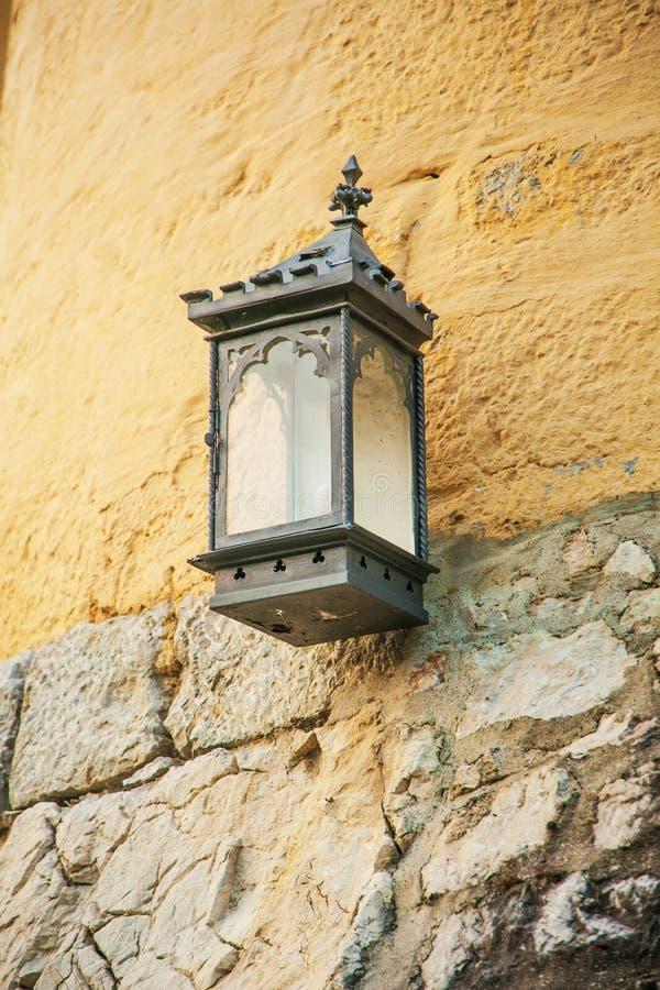 Réverbère avec une bougie attachée à l'extérieur de la maison image libre de droits