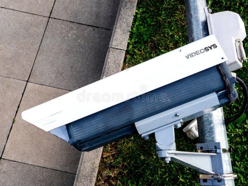 Réverbère cassé avec la vidéo surveillance de télévision en circuit fermé photographie stock libre de droits