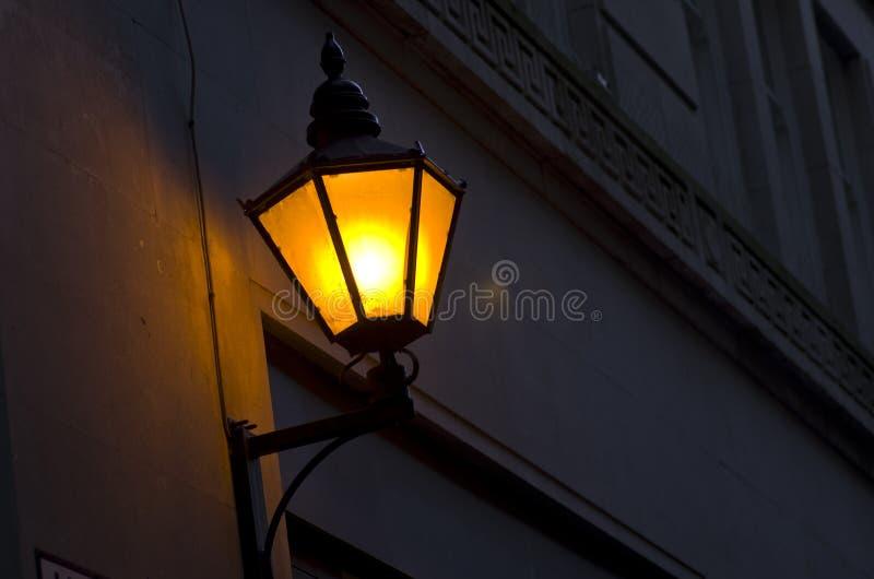 Réverbère démodé sur le mur la nuit Lanterne de vintage dessus photo libre de droits