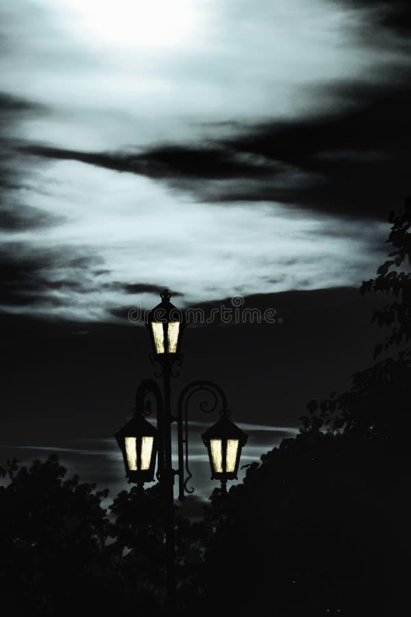 Réverbère dans le clair de lune photographie stock