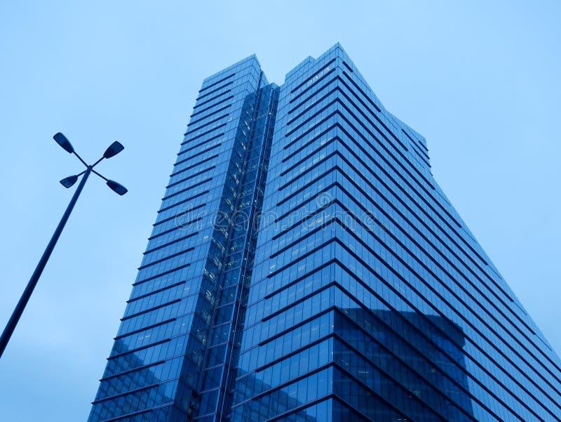 Réverbère de construction moderne de gratte-ciel photographie stock libre de droits