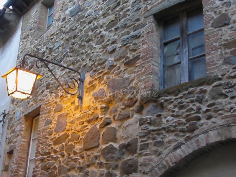 Réverbère de vintage dans le village médiéval au crépuscule La Toscane, Italie image libre de droits
