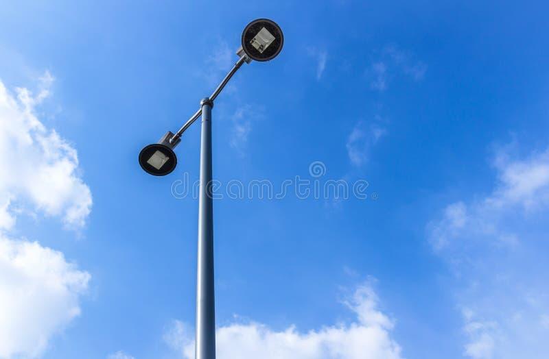 Réverbère et ciel bleu sur le fond image libre de droits