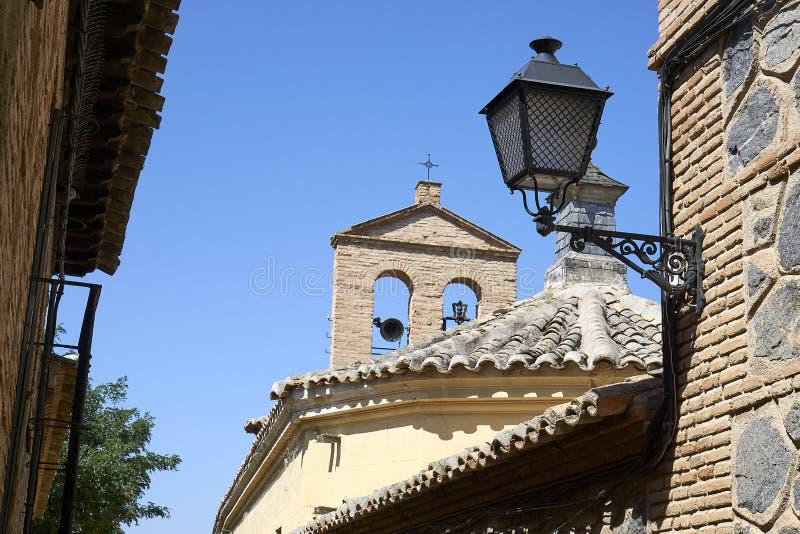 Réverbère et clocher à Toledo le midi images stock