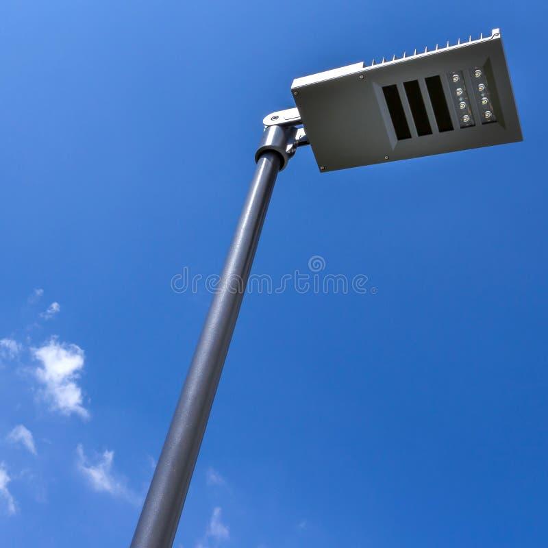 Réverbère moderne contre le ciel photo libre de droits