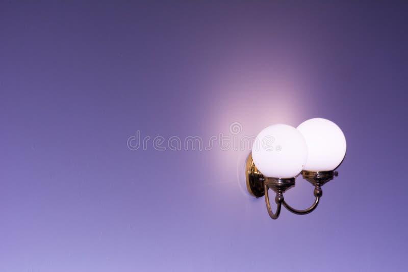Réverbère monté sur un mur sur le fond de tache floue Copiez l'espace photographie stock