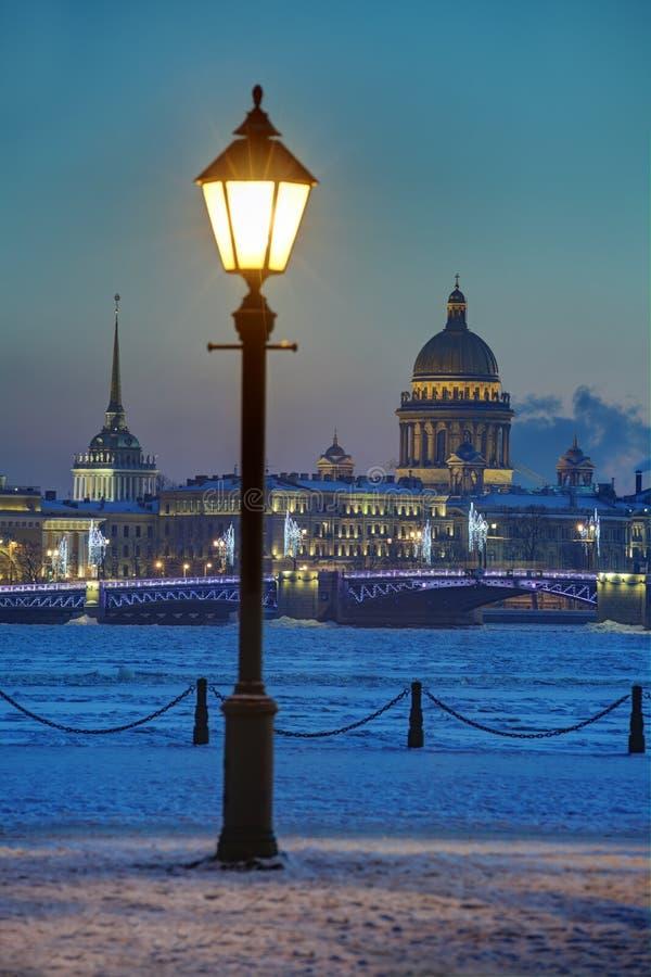 Réverbère sur le remblai Neva River, soirée d'hiver, Saint-animal familier images stock