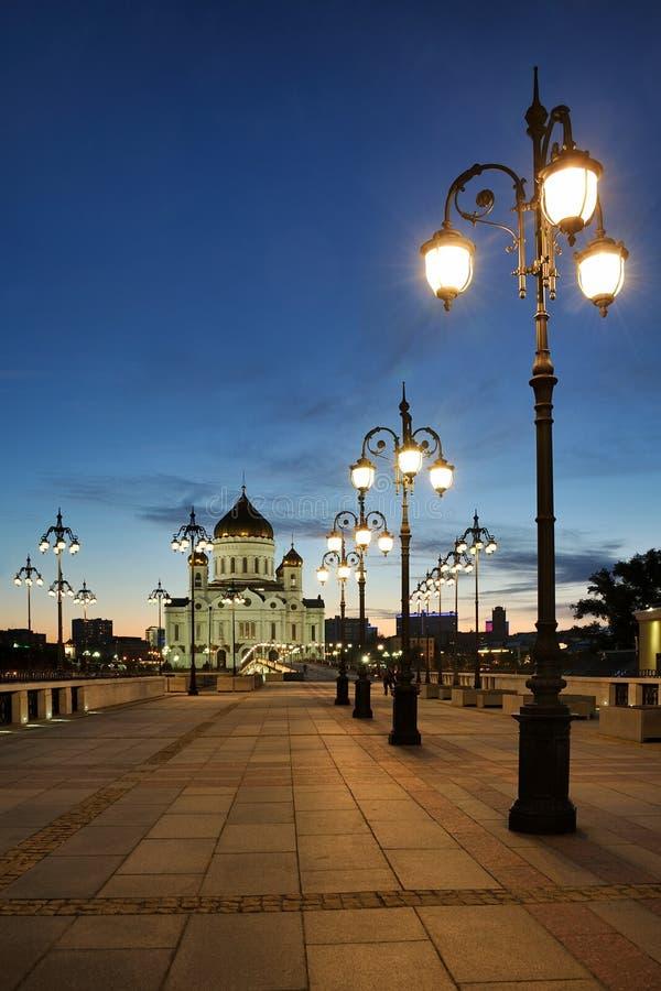 Réverbères de style ancien de pont patriarcal contre le crépuscule S images libres de droits