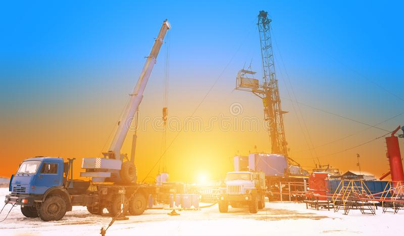 Révision des puits de pétrole et de gaz, l'intensification de la production en pompant l'acide dans le réservoir photographie stock