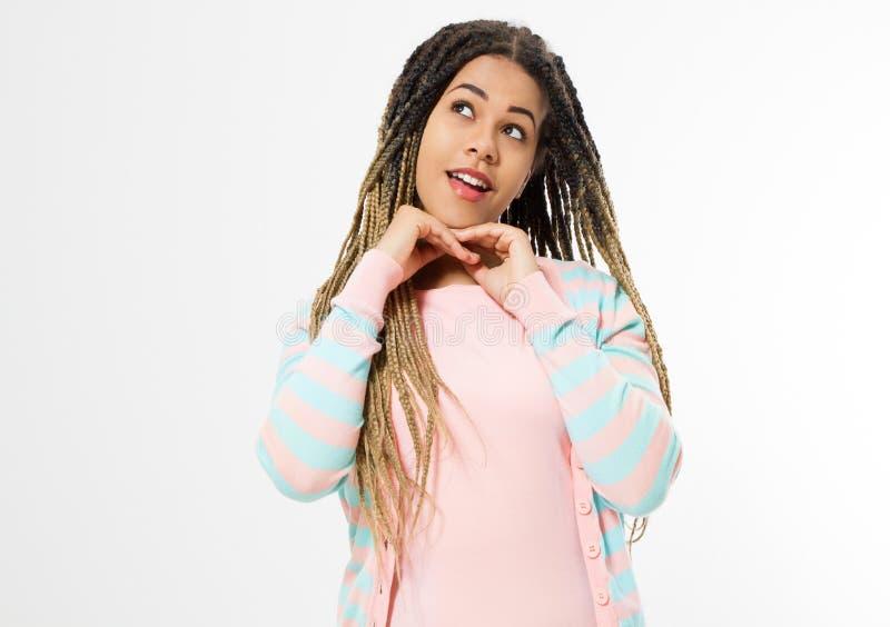 Rêvant et faire un concept de souhait Fille d'afro-américain dans des vêtements de mode d'isolement sur le fond blanc Hippie de f photos stock