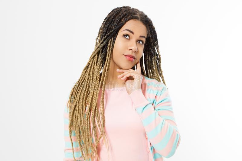 Rêvant et faire un concept de souhait Fille d'afro-américain dans des vêtements de mode sur le fond blanc Hippie de femme avec Af photos libres de droits