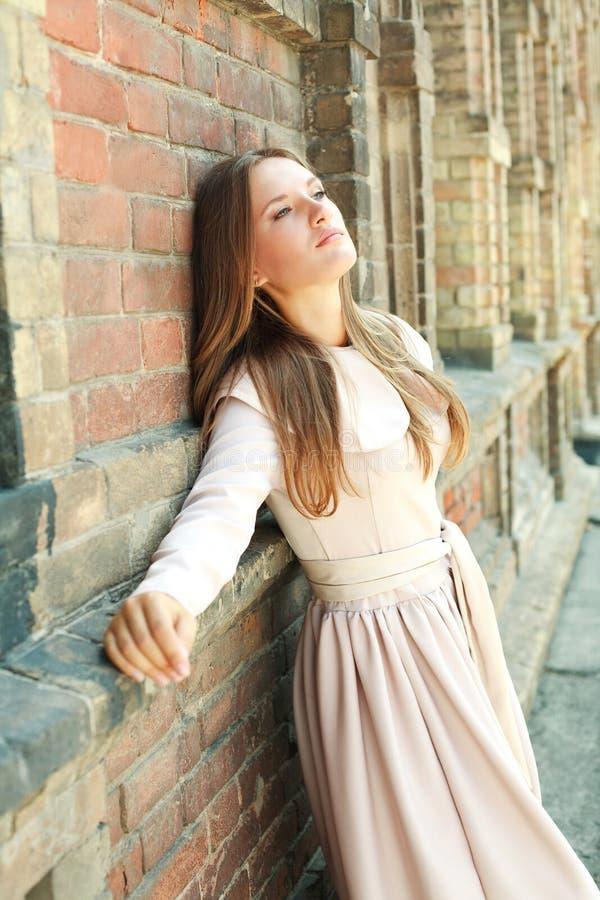 Rêver aux yeux bleus passionné de jeune fille photographie stock libre de droits
