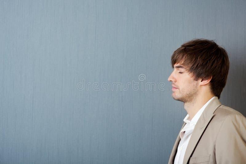 Rêver de jeune homme photo stock