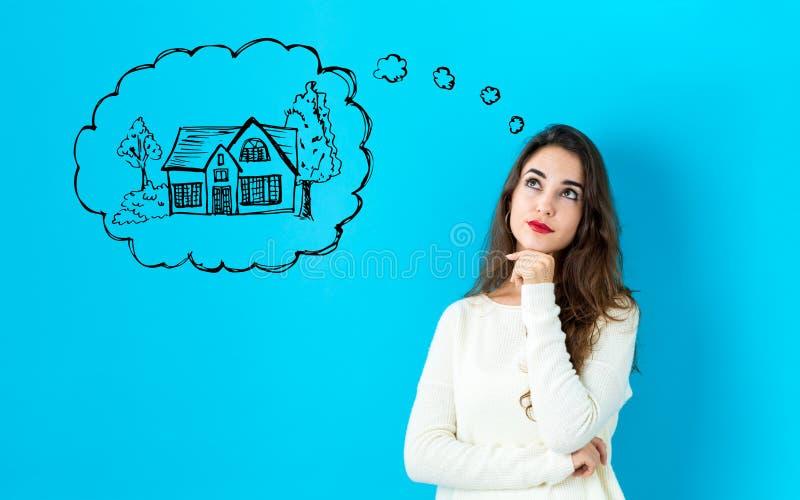 Rêver de la nouvelle maison avec la jeune femme photos libres de droits