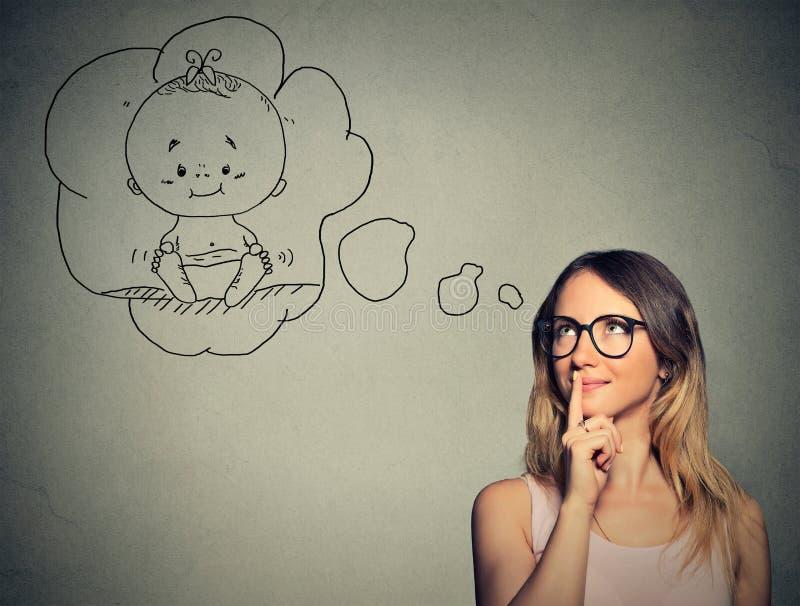 Rêver de pensée de femme d'un enfant images stock
