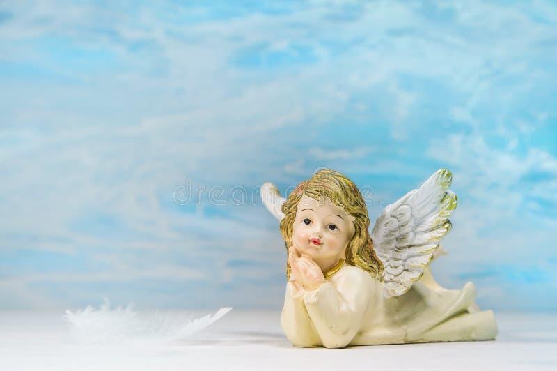 Rêver l'ange sur un fond bleu : carte de voeux pour la mort, ch image stock