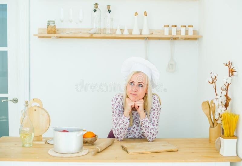 Rêver la belle fille blonde est dans la cuisine photo stock