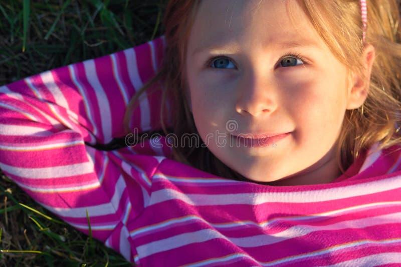 Rêver la petite fille images stock