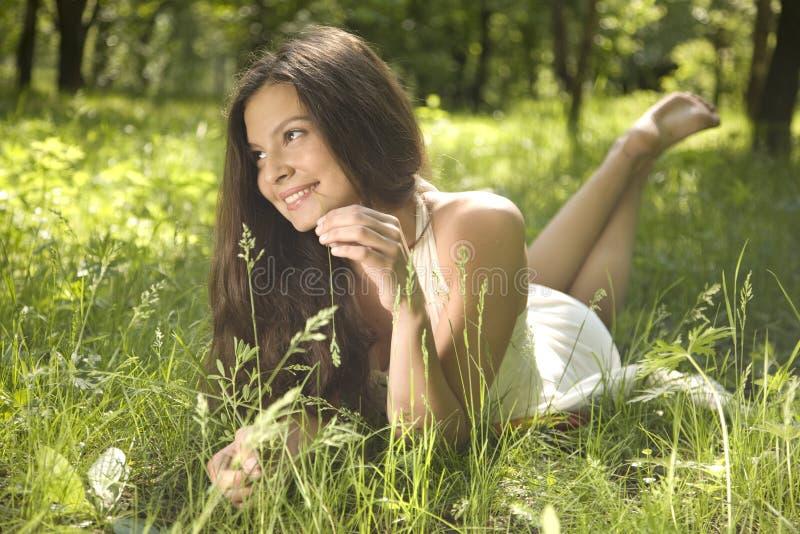 Rêver sur l'herbe image libre de droits