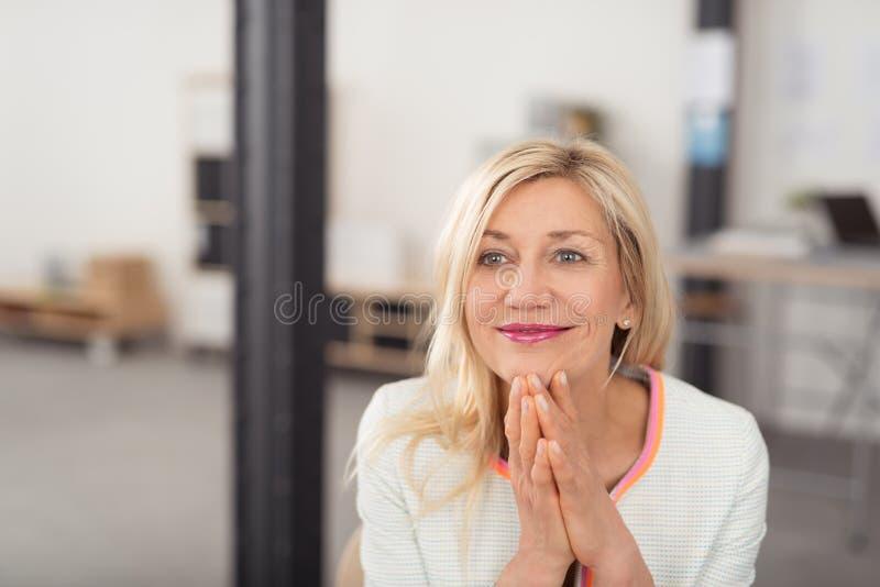 Rêverie se reposante de femme d'affaires heureuse photos libres de droits