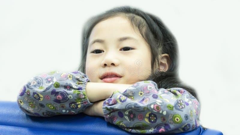 Rêverie se reposante de fille mignonne asiatique souriante photo libre de droits