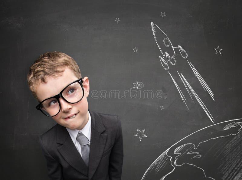 Rêves d'enfance au sujet du vol sur une fusée photo libre de droits