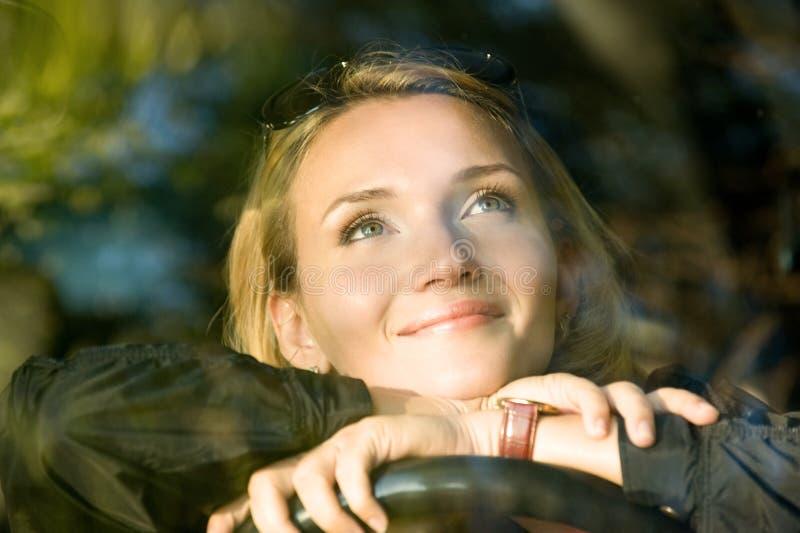 Rêves de femme dans le véhicule neuf photographie stock