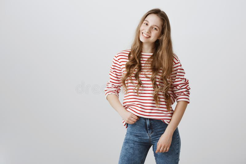 Rêves de fille à devenir blogger de mode Portrait d'étudiant assez blond de jeunes, posant, tenant la main sur la hanche et le so images stock