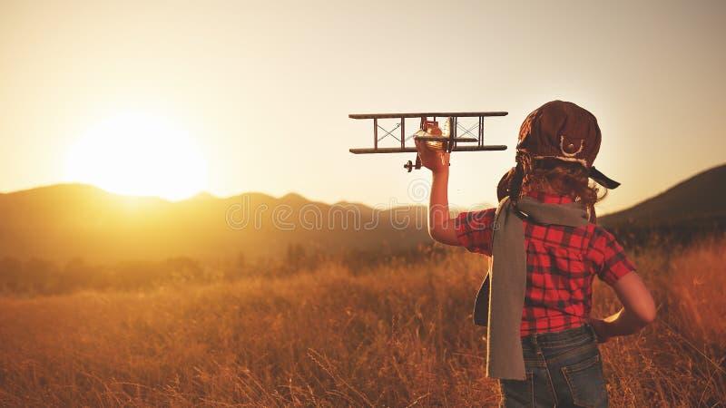 Rêves heureux d'enfant du déplacement et de jouer avec un pil d'avion photo stock